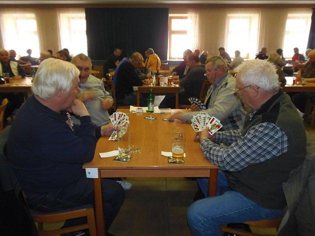 Prvního ročníku turnaje ve voleném mariáši se v Kladrubech zúčastnilo 43 hráčů.