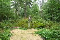 Památník v lesíku.