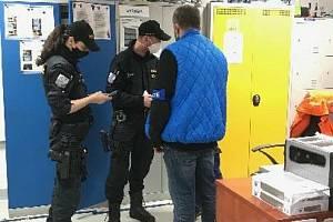 Ve spolupráci s příslušníky z místního obvodního oddělení a s pracovníky krajské hygienické stanice uskutečnila na začátku dubna cizinecká policie v Tachově akci zaměřenou na kontrolu pobytu cizinců.