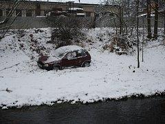 Mnoho nechybělo a neopatrný řidič i s vozem skončili ve čtvrtek ráno v řece Mži