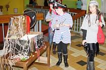 Návštěvníky školy provázeli žáci v pirátských kostýmech
