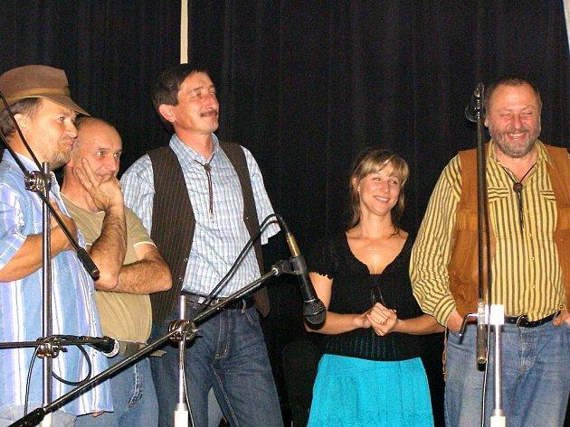 Krátce po vítězství ve volbách se Miroslav Nenutil (třetí zleva) zúčastnil oslav 20 let skupiny Wyjou, se kterou hrával.