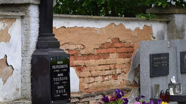 Poškozené zdi hřbitova čeká oprava.