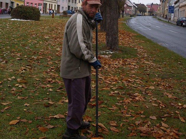 JEDEN Z PRACOVNÍKŮ černošínské údržby Roman Dobrocsanyi, který byl jedním ze stavitelů dílny, ve které nyní mohou mít zaměstnanci své zázemí.