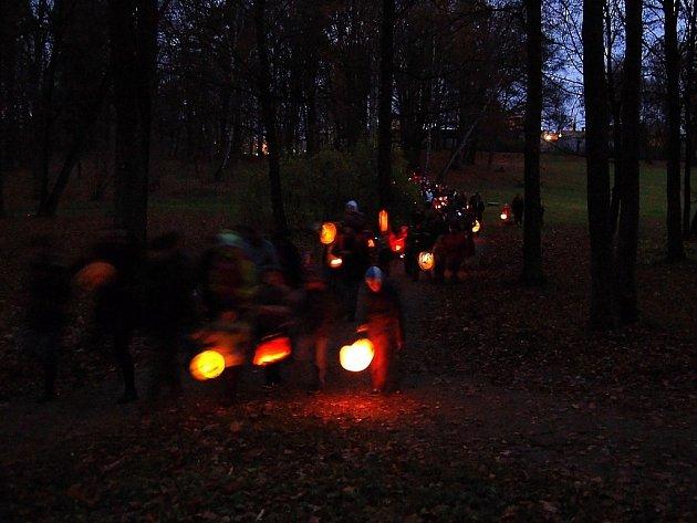Zámeckým parkem prošel v pondělní podvečer průvod s lampiony