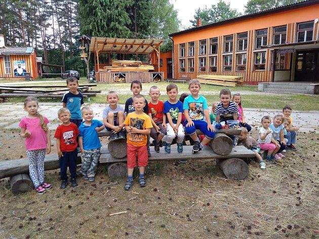 Žáčci Mateřské školky ve Studánce si užily výlet do tábora v Boněticích.