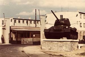 Tank stál na soklu před kasárnami v Tachově.
