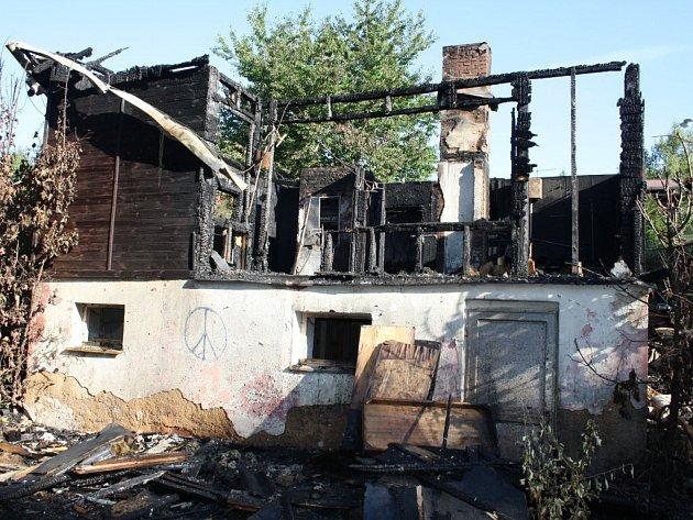 Požár rekreační chaty v areálu Butov likvidovali ve středu večer čtyři jednotky profesionálních i dobrovolných hasičů