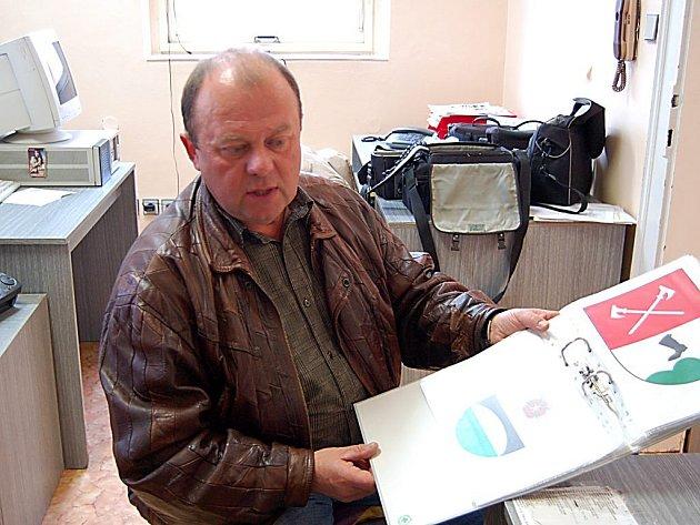 Pavel Ryba (na snímku) je autorem několika obecních znaků nejen na Tachovsku.