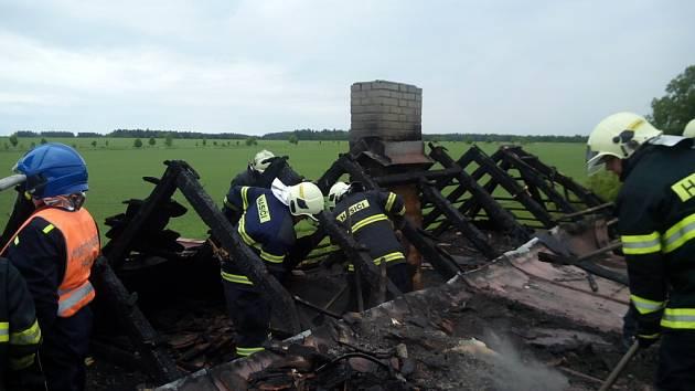 ČÁST STŘECHY museli hasiči rozebrat, aby se dostali ke skrytým ohniskům požáru. Ten vypukl ve čtvrtek odpoledne na rodinném domě v Sulislavi.