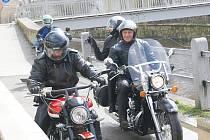 Josef Jadlovský z Tachova (na snímku vpravo) dostal od manželky k šedesátinám nového choppera Honda.
