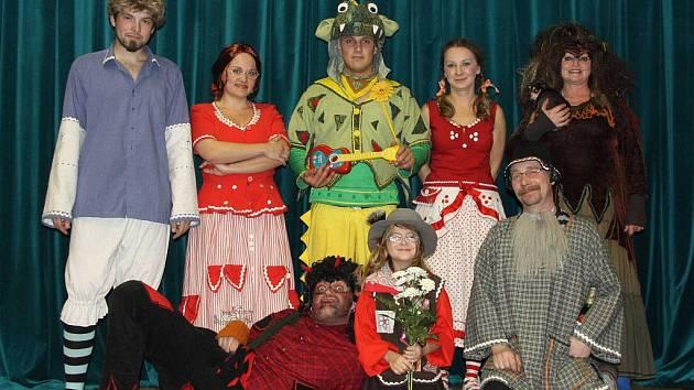 BYL JEDNOU JEDEN DRAK! Tak se jmenovala pohádka, s jejíž premiérou se v neděli představila Kladrubská divadelní společnost. Na snímku hlavní protagonisté.