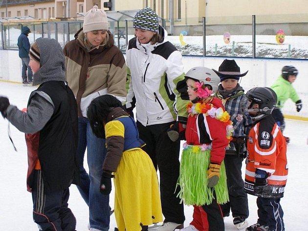 KLUZIŠTĚ ve Stříbře slouží sportovcům i pro různé společenské akce, jako je například maškarní na ledě (na snímku). Údržba plochy je však velice nákladná.