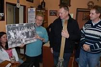 SETKÁNÍ S LOKÁLKOU. V Malovicích se sešli příznivci regionální železniční trati Bezdružice – Pňovany, aby sledovali dokumenty o lokálce a pohovořili si o její minulosti i současnosti.