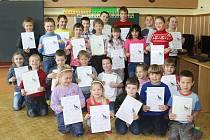V ZÁKLADNÍ ŠKOLE v Záchlumí si v úterý pololetní hodnocení převzalo 25 žáků prvních až pátých ročníků společně v jedné třídě.