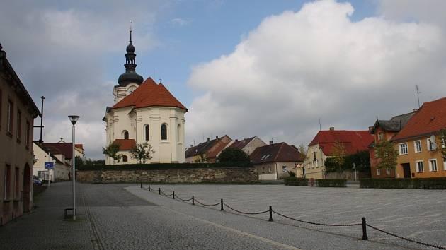Náměstí v Černošíně. Město čeká na nového starostu.