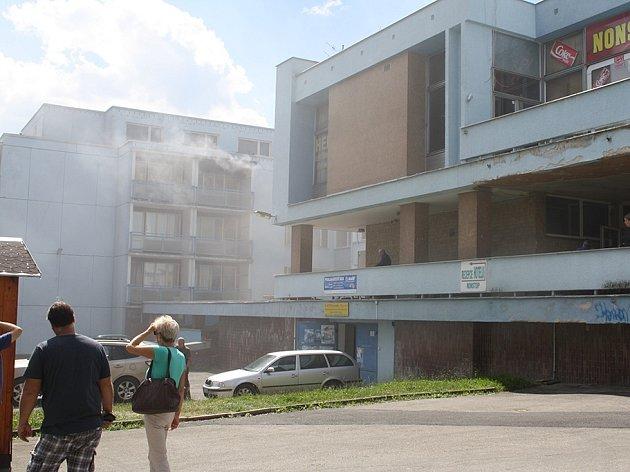 V odpoledních hodinách se ocitl jeden z pokojů ubytovny na sídlišti Východ v plamenech.