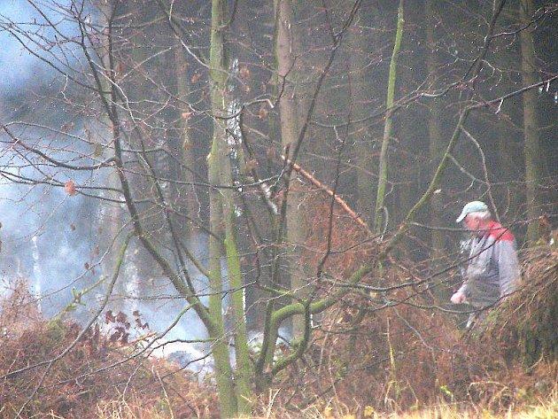 Lesní dělníci začínají v těchto dnech pálit klest. Bez povolení požárního sboru to ale nelze