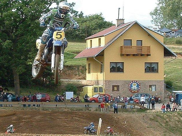 Některým obyvatelům Tachova se nelíbí provoz na zdejší motokrosové trati. Takové závody jako ve Stříbře (nasnímku) se ale v Tachově podle motokrosařů konat nebudou.