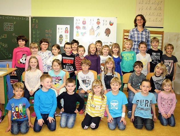 Prvňáčci Základní školy Kladruby střídní učitelkou Pavlou Vargovou