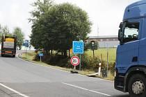 U hraničního přechodu Pavlův Studenec je zakázán vjezd nákladním vozidlům směrem do Německa, ale směrem do Česka je nákladním vozidlům vjezd umožněn, jen je omezena hmotnost dopravní značkou.