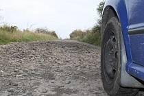 DÍRY jsou zasypány velkými kusy kamení a cesta do Vilémova se tím značně komplikuje.