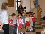 Vítání nových občánků na radnici ve Stříbře.