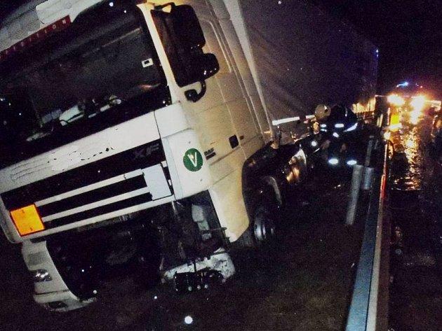 Kamion převážel granulát používaný jako příměs do pneumatik, žádná látka však z nákladu neunikla.