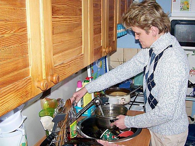 Aby mohla maminka dvou dětí Jarmila Loulová umýt nádobí teplou vodou musí ji ohřát na sporáku.