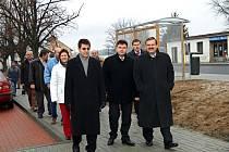 Účastníci slavnostního zahájení provozu Nádražní ulice se také prošli po chodnících pokrytých zámeckou dlažbou.