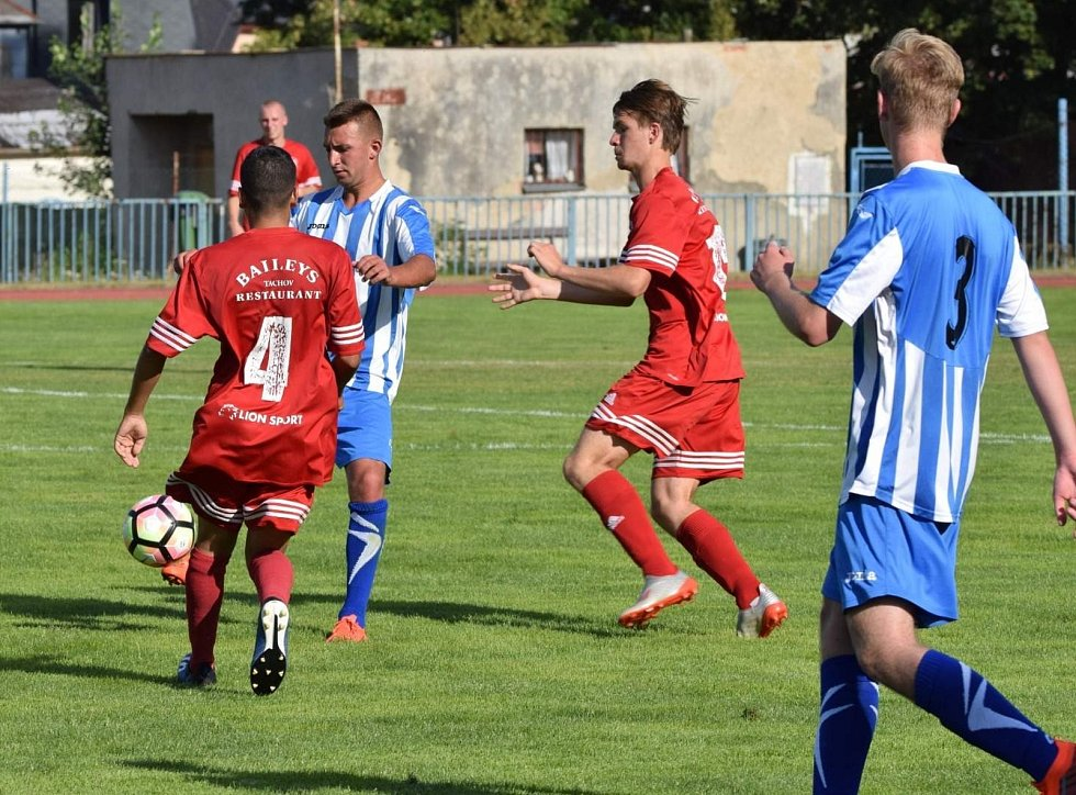 FK Tachov (v červeném) - FK Staňkov (v modrém) 6:1 (3:0).