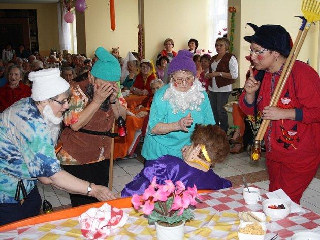 Trpaslíci v podání obyvatel domova pro seniory v Panenské v Tachově oplakávají Sněhurku. Pohádku nastudovali pro maškarní veselici
