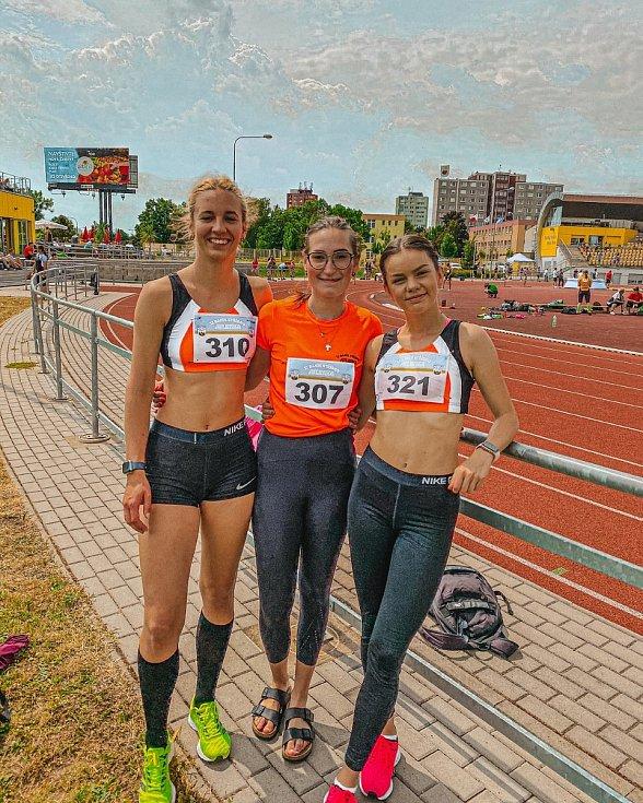 Stříbrské atletky zleva Anna Zekuciová, Sára Holečková a Veronika Matulková na stadionu Škody Plzeň, kde se o víkendu konalo první kolo druhé ligy žen a mužů.