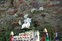 Z místa, kde se tragédie odehrála, vytvořili přátelé a pozůstalí po Ivanu Charčukovi pietní místo.
