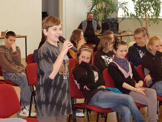 Diskuze žáků tachovských škol se starostou města Ladislavem Macákem se konale ve středu dopoledne v sále společenského areálu Mže.