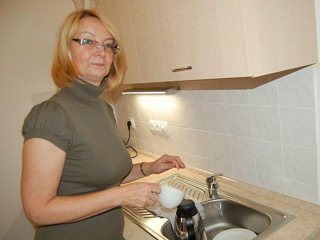 Občerstvení pro návštěvy může nyní Marie Plešáková připravovat v nové kuchyňce plánské radnice.