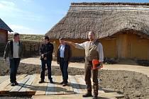 STEFAN WOLTERS (vpravo) ze správy Historického parku Bärnau/Tachov představil v pondělí novinky, které návštěvníky letos čekají.