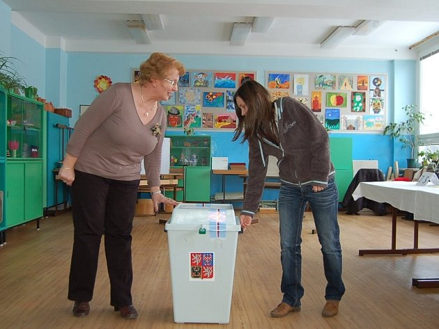 Členky jedné z tachovských volebních komisí, Jana Kvietoková a Mariana Šatrová (zleva) se právě chystají odpečetit urnu a začít počítat hlasy. V jejich volebním obvodu se pohybovala účast voličů kolem padesátiprocentní hranice.