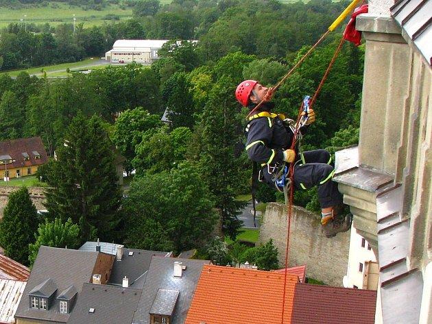 Cvičení hasičů na věži kostela v Tachově.