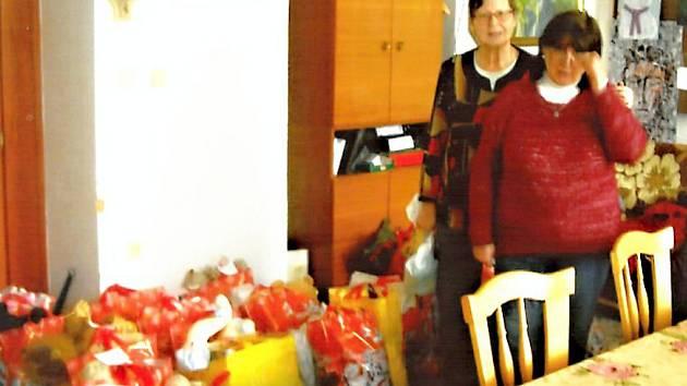 FARNICE MARIE ČADKOVÁ A DANA LAZAROVÁ mají dárky rozdělené, zbývá je rozvést do sociálně slabých rodin.