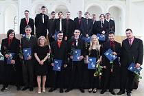 Abiturienti převzali vysvědčení, letos v prostorách jízdárny