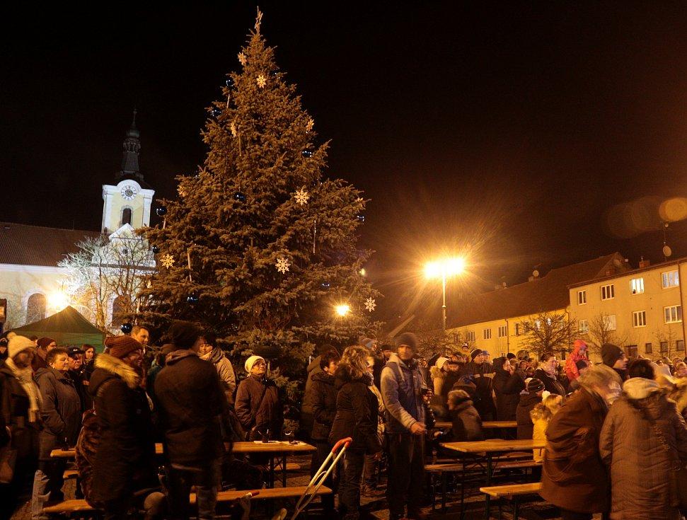 Slavnostní rozsvícení vánočního stromu v Chodové Plané.