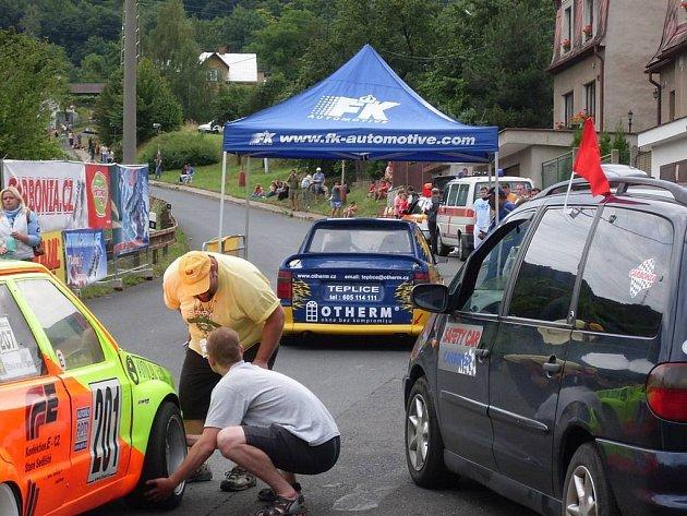 V prostoru před startem závodu na trmické trati čistí tachovský mechanik Radek Joselevič pneumatiky od nečistot.