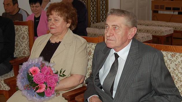 Padesát let společného života si v sobotu v poledne na tachovské radnici připomněli výměnou prstýnků a manželským polibkem Marie a František Pendlovi z Tachova.