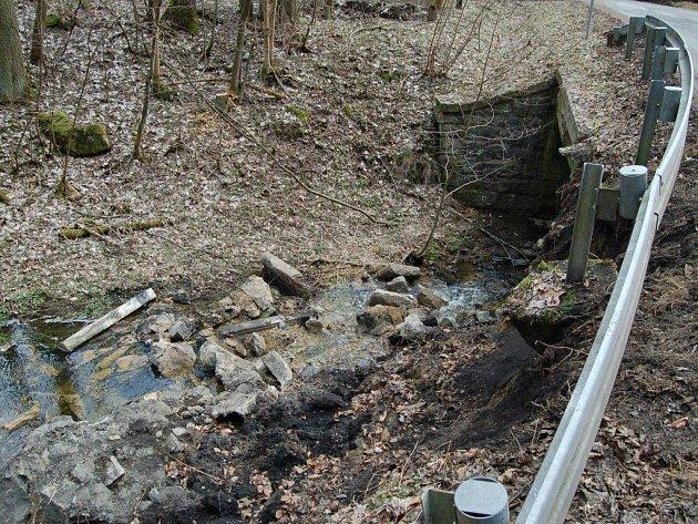Poškozený most na silnici mezi Tachovem a Svobodkou