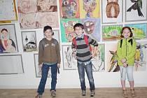 Žáci ZUŠ Tachov při vernisáži v galerii v Klenové.