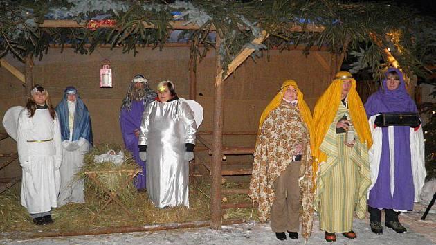 ŽIVÝ BETLÉM VE STARÉM SEDLE. Do rolí biblických postav se ve Starém Sedle vžili tamní obyvatelé. Akce se stala tradicí, kterou letos sledovala stovka diváků.