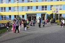 Obnovení vyučování před ZŠ Zárečná v Tachově. Foto: ZŠ Zárečná