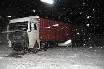 Na obchvatu Janova havaroval kamion. Při nehodě byla poškozena i palivová nádrž, ze které vytekly stovky litrů nafty.