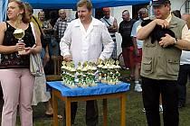 Oceněným chovatelům předávali čestné ceny starostka Kladrub Svatava Štěrbová, předseda kladrubských chovatelů František Matoušek a imitátor Václav Faltus (zleva).